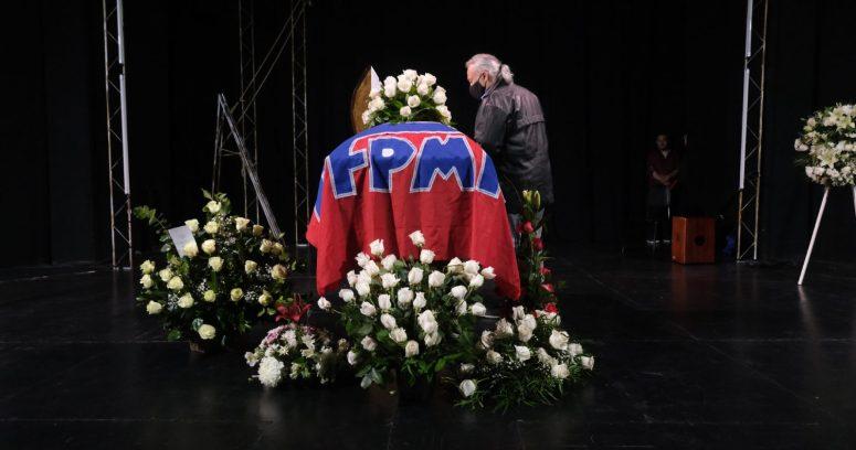 Con Pase de Movilidad: restos de Patricio Manns son velados en Teatro Nacional