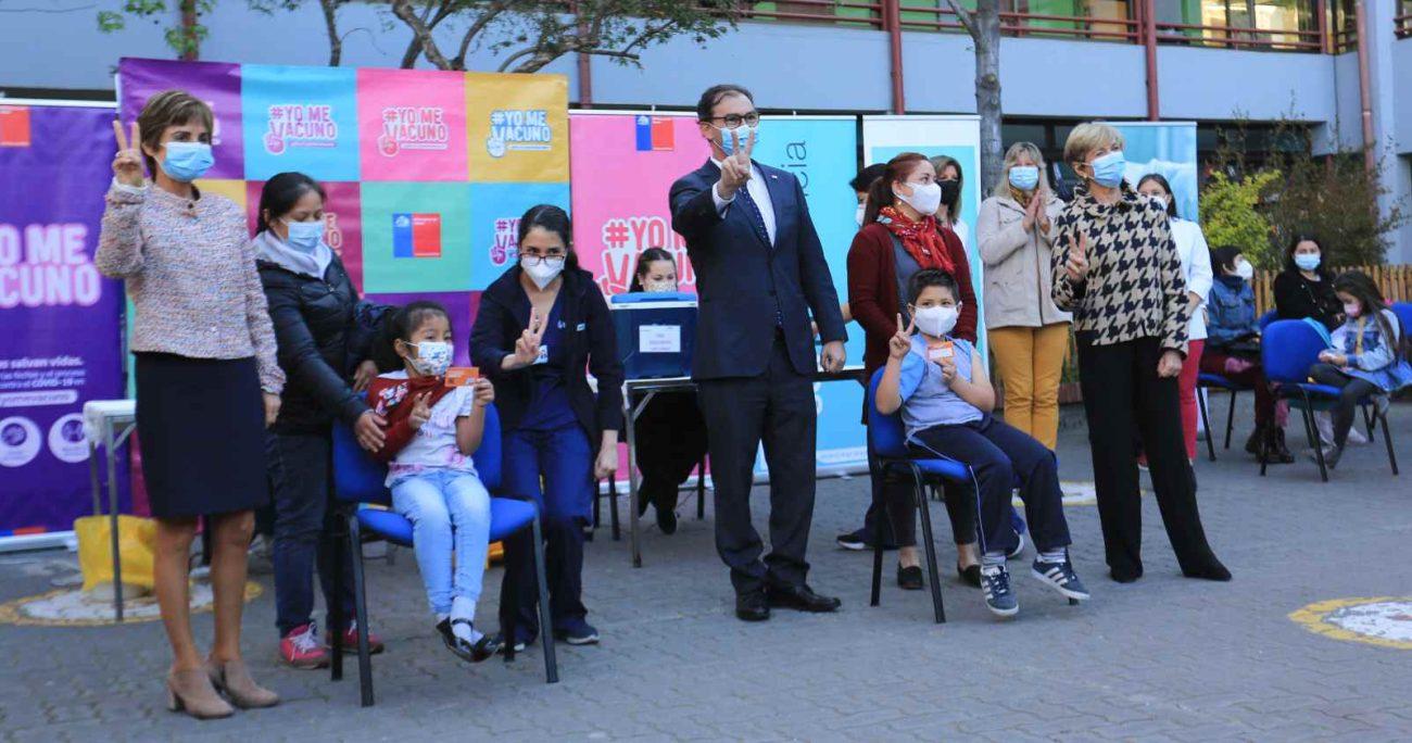 Las autoridades junto con los primeros niños que fueron vacunados. AGENCIA UNO
