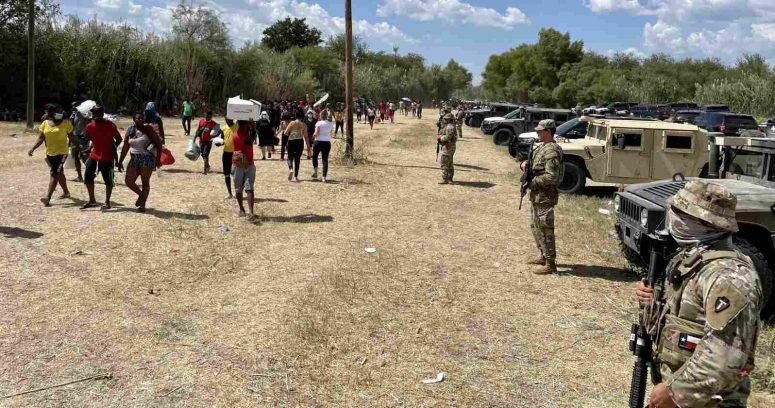 """Estados Unidos frena entrada de migrantes haitianos con """"barricada"""" de autos en la frontera"""