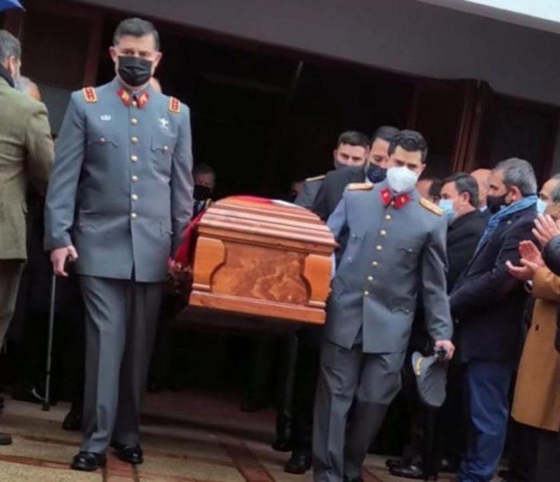 El comandante en Jefe del Ejército, general Ricardo Martínez, carga el ataúd del coronel Bustos.