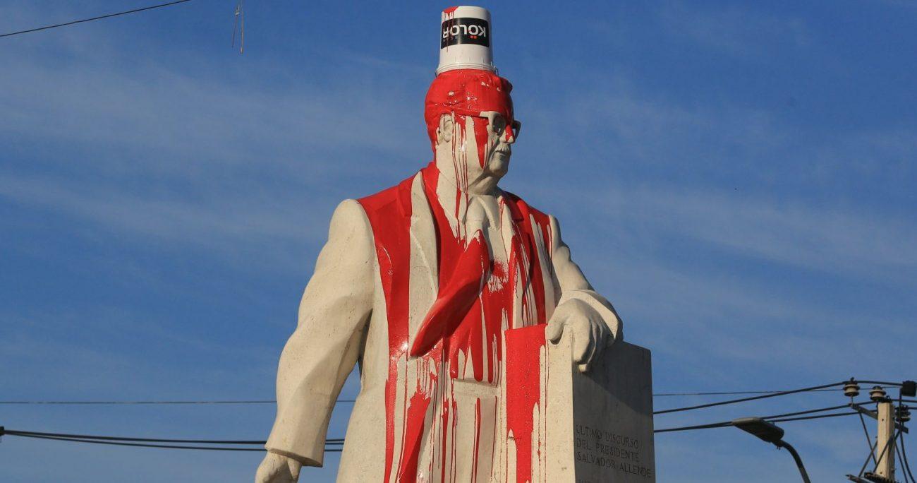 """""""Asesino"""" y """"ladrón"""" fueron las palabras que escribieron en la estatua. AGENCIA UNO"""
