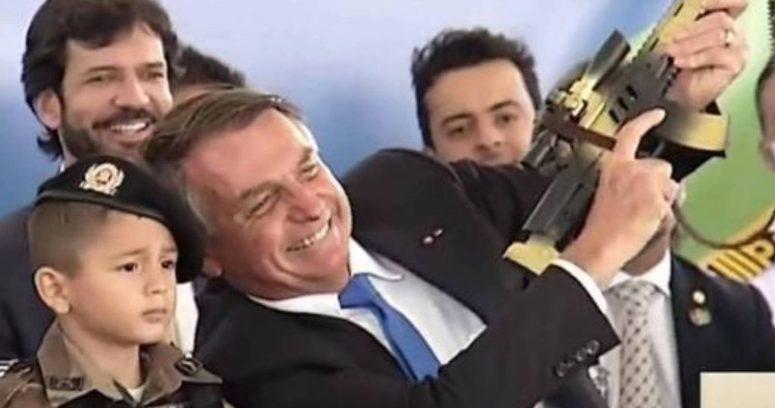 """""""Bolsonaro exhibe a niño que tiene un fusil de juguete y lo pone como ejemplo de"""