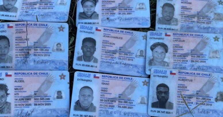 Migrantes haitianos rompen sus carnets chilenos para pedir asilo en EE.UU.