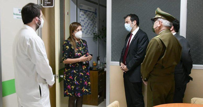 """Ministro Delgado visitó a carabinero baleado en La Florida: """"Está optimista"""""""
