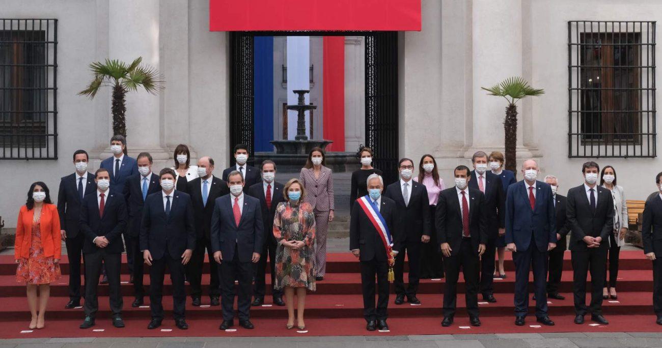 Luego de la foto oficial, Sebastián Piñera se tomó algunas selfies con sus ministros. AGENCIA UNO