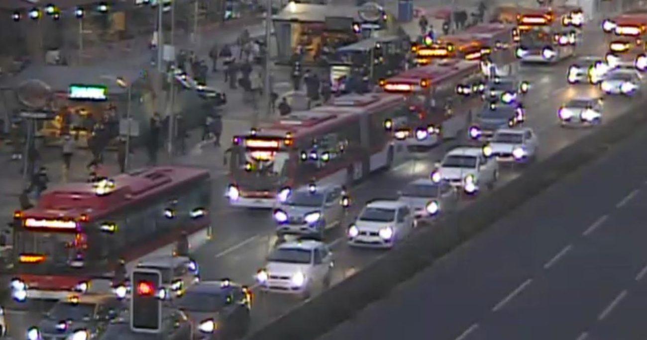 Pese a que se anunciaron buses de apoyo, se han generado aglomeraciones en paraderos. TWITTER/TTI SANTIAGO.