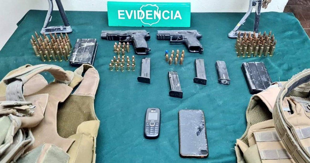 Los uniformados portaban armas y municiones al momento de ser capturados. CARABINEROS/ARCHIVO