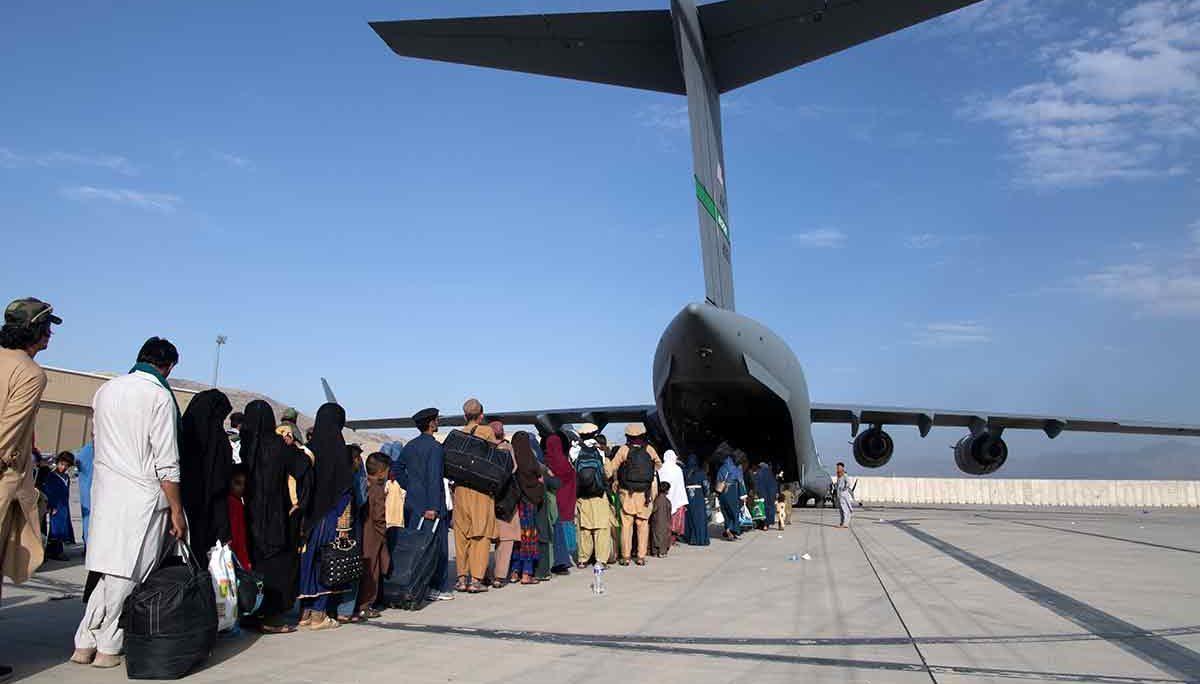 Miembros de la Fuerza Aérea de Estados Unidos supervisan la evacuación de ciudadanos afganos en el aeropuerto internacional de Kabul, el 24 de agosto de 2021. DONALD R. ALLEN–FUERZA AÉREA DE ESTADOS UNIDOS