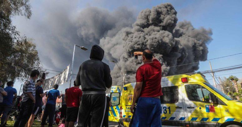 """""""Evacuaron viviendas por incendio que afecta a bodegas en Macul"""""""