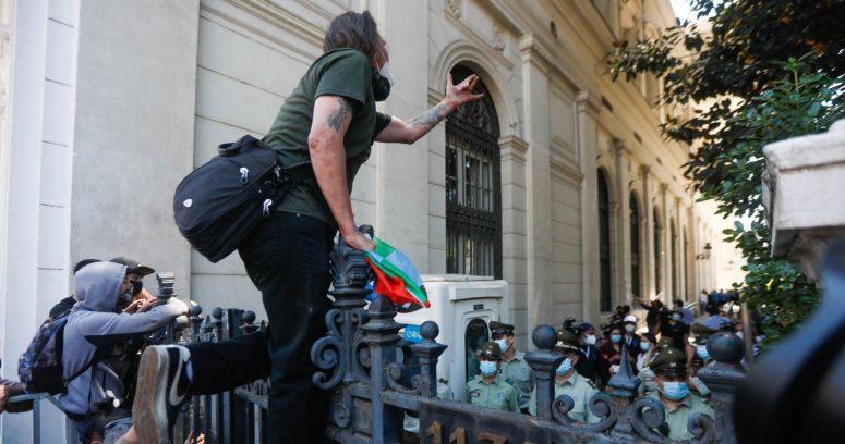 Manifestantes intentaron ingresar a la Convención Constitucional