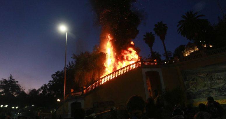 Incendio afecta uno de los accesos al cerro Santa Lucía