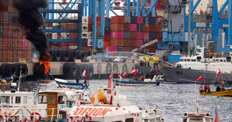 """""""Armada interviene en protesta de pescadores en puerto de Valparaíso"""""""