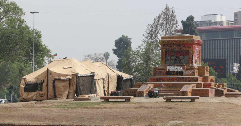 Ejército retira restos del Soldado Desconocido desde monumento a Baquedano