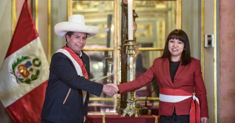 """""""Presidente de Perú tomó juramento a nuevo gabinete liderado por una mujer"""""""