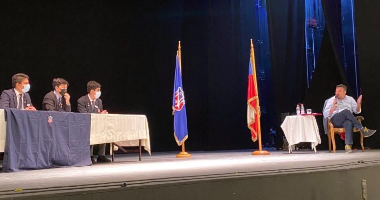 Sebastián Sichel visita el Instituto Nacional firmando paquetes de Cheezels