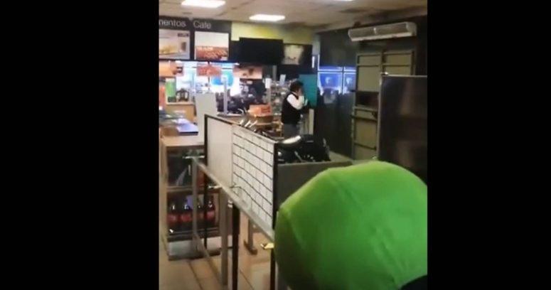 VIDEO – Trabajadores de bomba de bencina se encierran en baños para huir de vándalos